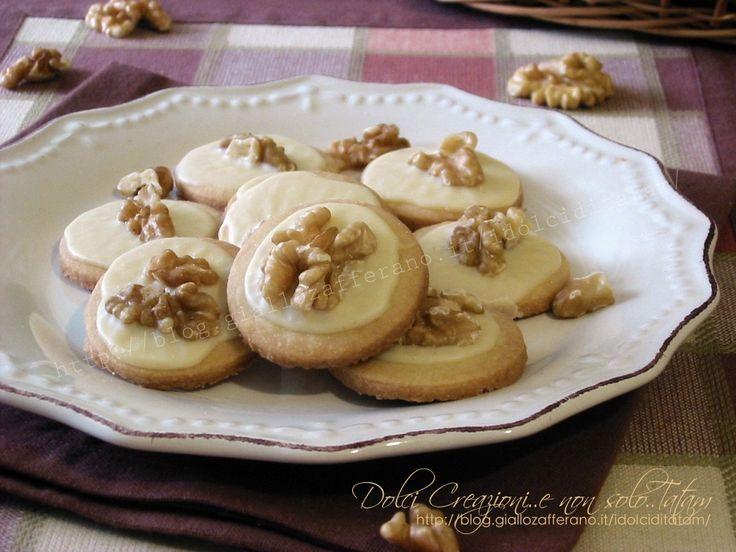 I Biscotti con le noci sono dei deliziosi dolcetti di piccola pasticceria che si preparano senza uova e senza lievito e sono sorprendentemente friabili