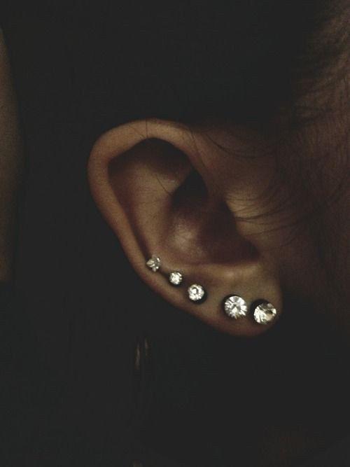 Piercings escalonados en el lóbulo | 28 Atrevidos piercings en la oreja que tienes que probar