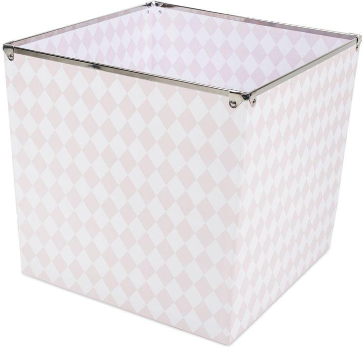 Alice & Fox Förvaringslåda Harlequin, Soft Pink är en rymlig förvaringsbox i en snygg rosa design som passar perfekt till alla barnrum. Lådan är tillverkad av papp och har metallkanter upptill. <br><br>Mått: L32 x B32 x H30 cm.<br><br>Material: Papp/Metall.<br><br>Färg: Rosa.