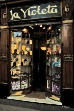 LA VIOLETA, caramelos y bombones tradicionales. Un clasico dentro de los comercios antiguos de Madrid, Cuentan que el Rey Alfonso XIII solia comprar allí los caramelos de violeta que tanto gustaban a su esposa la Reina Victoria y a su amante la Sra. Moragas.