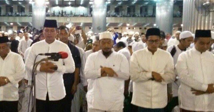 Allahu Akbar ! Ketika Agus, Anies dan Sandi Ikuti Shalat Subuh Berjamaah Aksi 112 di Masjid Istiqlal