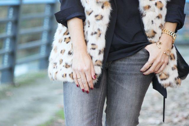 Casual Look. Look con chaleco de pelo. Look con coleta. A trendy life. #casual #details #vest #leopardvest #leovest #rebeccaminkoffbag #blacklook #lacetop #suiteblanco #topshop #zalando #mango #rebeccaminkoff #mark&spencer #mariapascual #outfit #fashionblogger #atrendylife www.atrendylifestyle.com