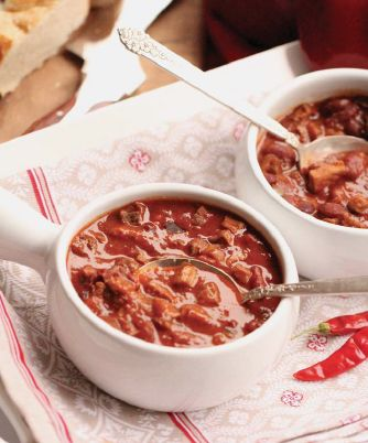 The best way to make venison chili is to enjoy your own recipes, but if you want to experiment then give these great deer chili recipes a try.