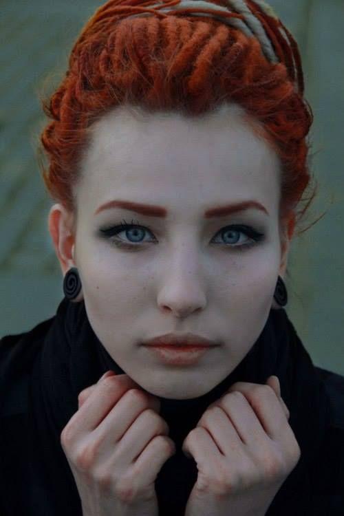 dredy, holku, piercing, svíčky, červené vlasy, tmavé oblečení