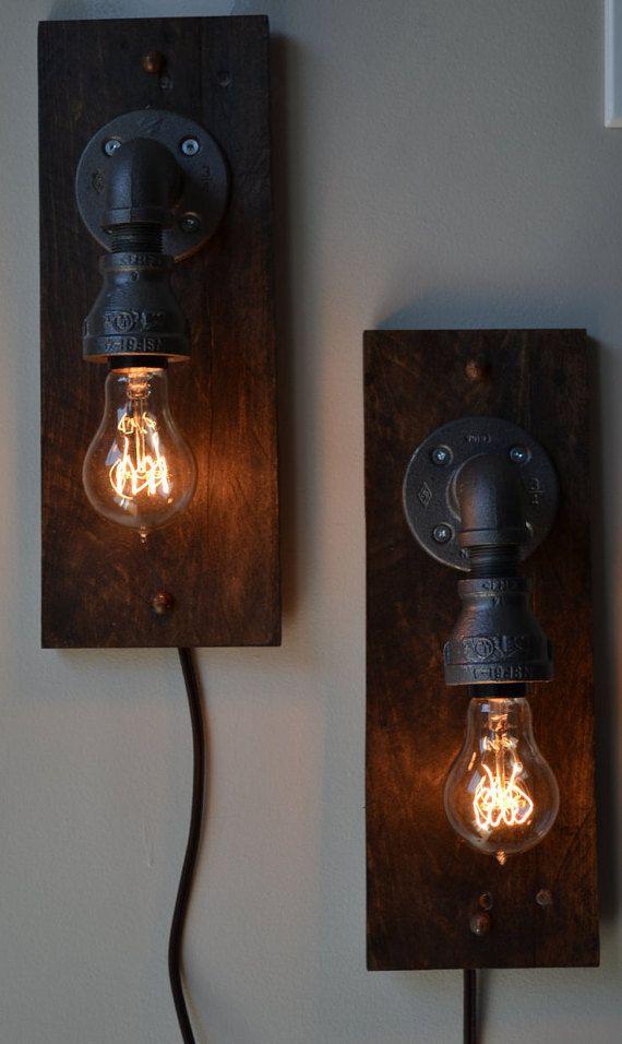 Ces feux de bois mason jar palette ajouterait une belle touche à nimporte quelle pièce. Fait à semblent avoir ce look steampunk que vous recherchez.  Si vous cherchez des commandes sur mesure, faites le moi savoir et nous pouvons établir quelque chose.  Cordons avec interrupteurs sur la lumière peuvent être ajoutés par le biais de loption lors de votre commande.   Dimensions:  13,5 pouces de hauteur 5.5 de large 4.5 profonde  Lumières sont notés pour les ampoules de 75 watts  Cest pour la…