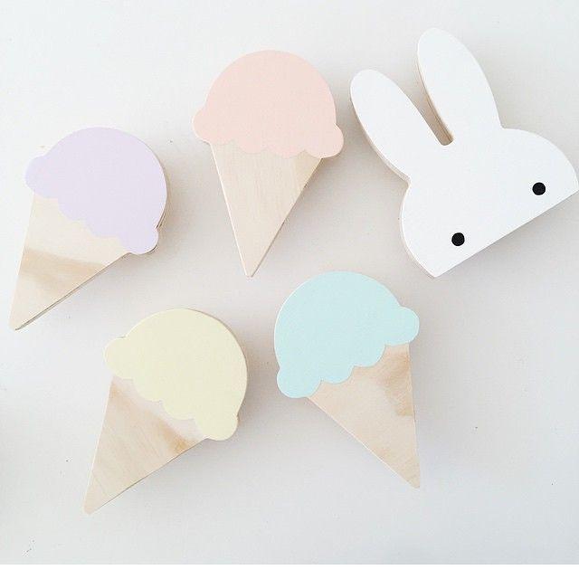 Krokar till väggen från @leoandbella! #barn #barnrum #krok #väggkrok #glasskrok #kaninkrok #barnrum #barnrumsinspiration #pastell #kids #kidsroom #nursery #hooks #wallhooks #rabbit #icecream