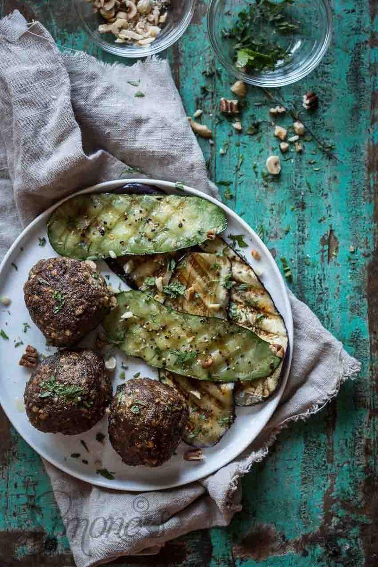Heerlijke balletjes van lamsvlees, nootjes en munt... Whole30 approved natuurlijk Dude Food dinsdag: Texels en lamsballen http://simoneskitchen.nl/gehaktballen-van-lamsvlees-met-nootjes/
