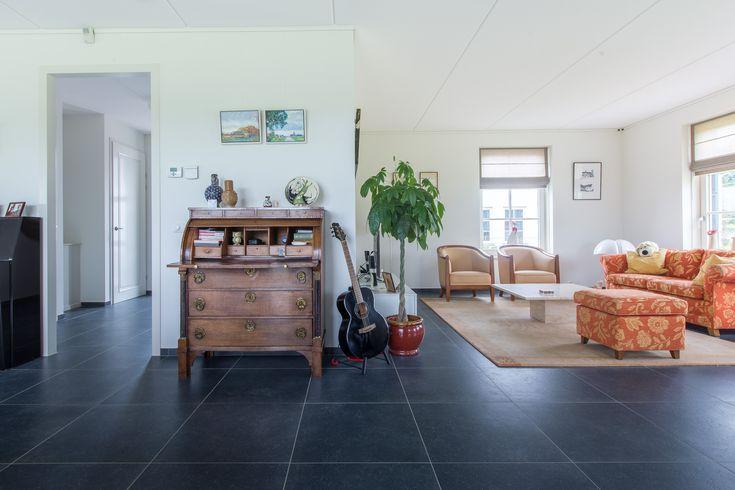 Mooie Belgisch hardsteen look keramische tegels van Van den Heuvel & Van Duuren. Ideaal in het onderhoud!