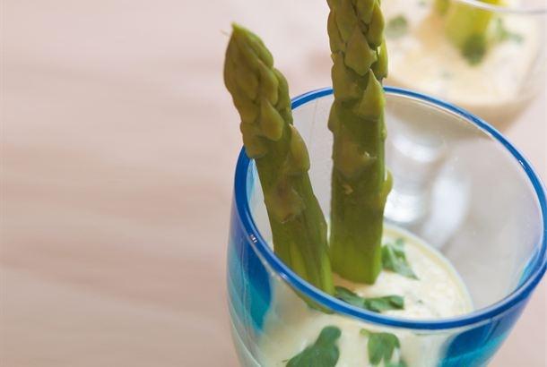 Juustokastike parsalle / Cheese sauce for aspagagus http://www.valio.fi/reseptit/juustokastike-parsalle/ Keväisen parsan kanssa maistuu AURA juustoinen kastike.