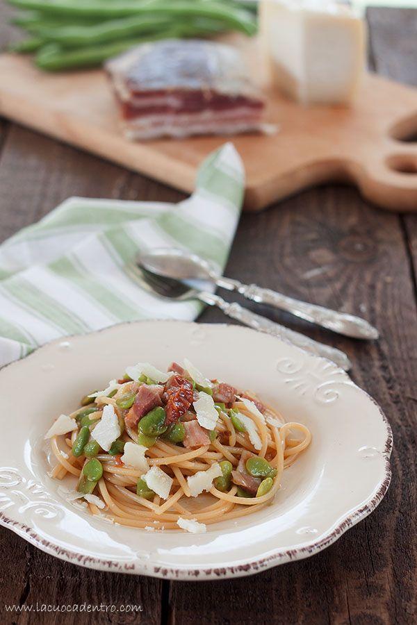 Spaghetti con fave fresche, pancetta e pomodori secchi