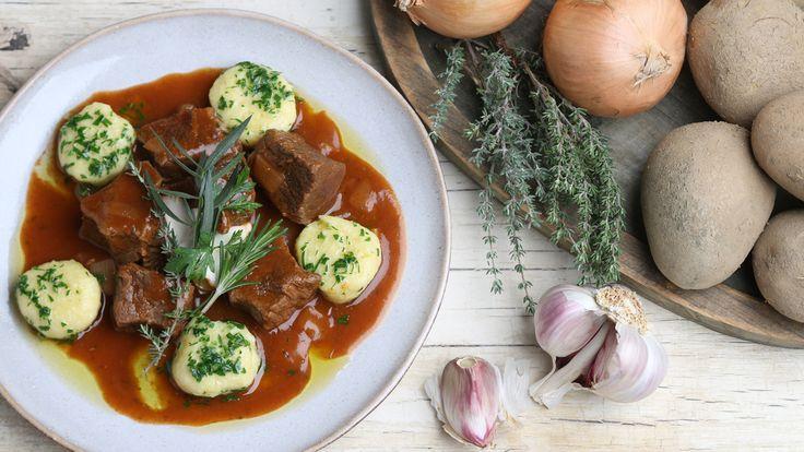 Christian Henze kombiniert würziges Fleisch mit einer sächsischen Kloß-Spezialität: Rindergulasch mit Stupperle.