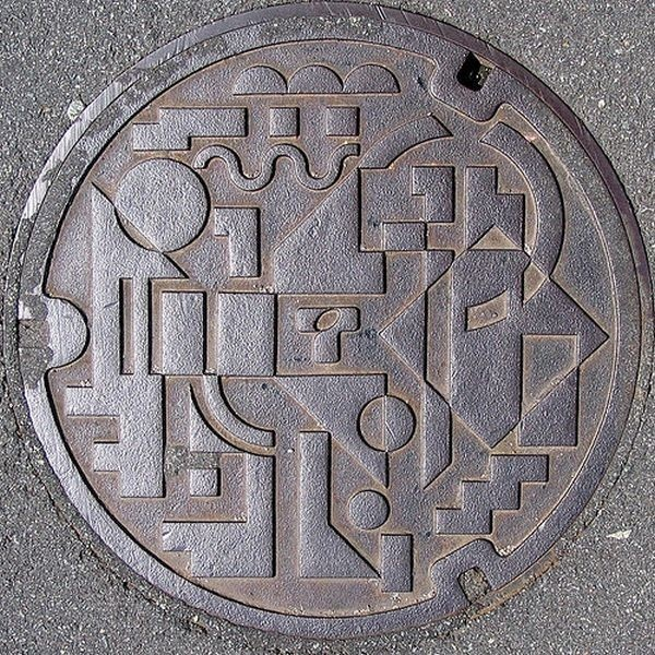 Apparently this is a cover for Japanese sewer. Otherwise noted as... Japonijos kanalizacijos dangčiai :-)