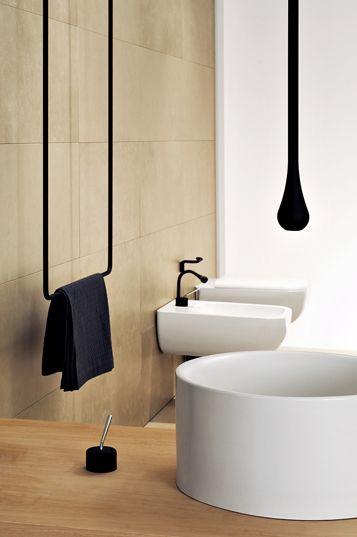 zwarte details. wit sanitair. houten badmeubel