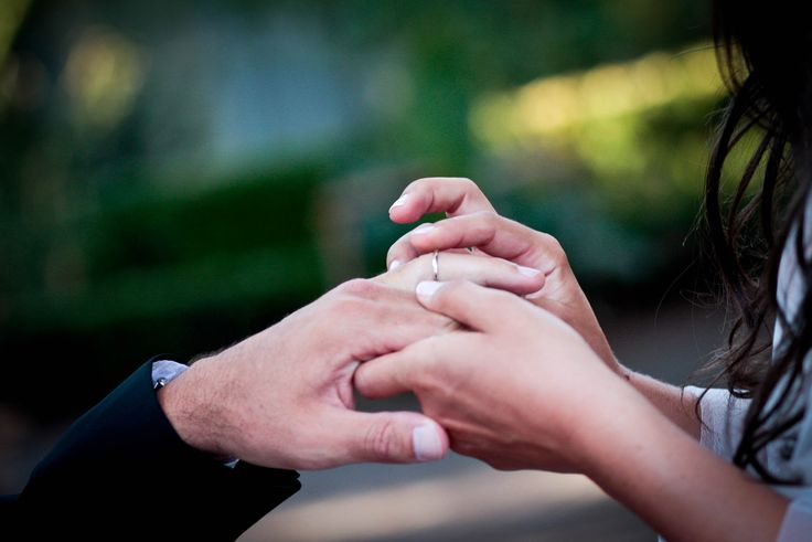 Una boda es, ante todo, la unión de dos personas en el amor, por lo que debe reflejar su imagen. Sin hacer demasiado, lo importante es que puedan reconocerse en cada pequeño detalle. Los blogs de bodas, Tumblr y Pinterest tienen un montón de ideas, queremos hacer todo, pero el tema de la boda puede canalizar tus deseos.