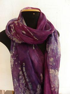 Linda echarpe de seda pongé 5, pintada à mão, com a técnica do batik, em tons de violeta, roxo e lilás, além do branco craquelado em roxos.  Por ser de um tamanho muito especial, pode ser usada de várias formas. Especial para pessoas especiais! R$ 230,00