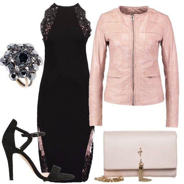 Outfit composto da vestito nero con dettagli in pizzo sulle maniche e sulla gonna, giubbotto in pelle rosa chiaro, sandalo nero, pochette rosa con catena dorata e anello con pietre.