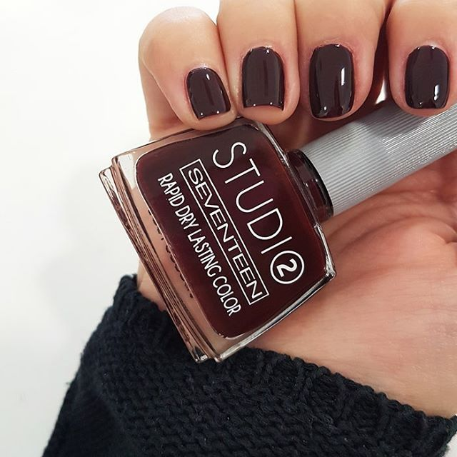 Say yes to burgundy color and start your week with Studio Rapid Dry Lasting Color No. 77! 💅🏻 #seventeencosmetics #nails #manimonday #beautytrends #theartofbeauty