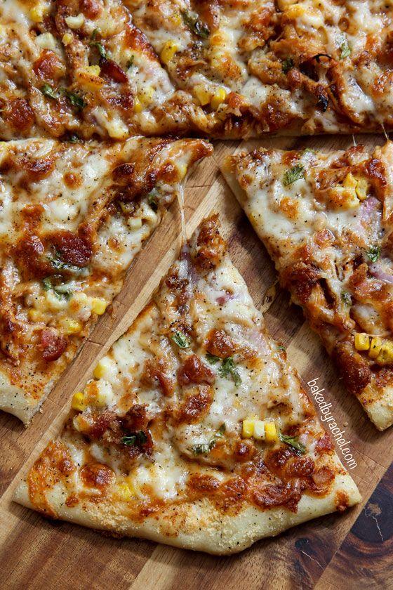 Pizza hecha en casa delgada costra de pollo asado con tocino crujiente, maíz dulce y la cebolla.  Receta de @bakedbyrachel