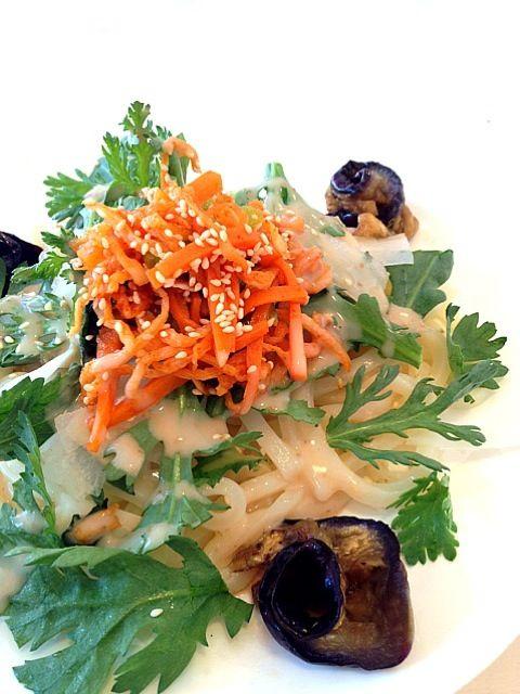 春菊と薄切り大根、切り干し大根のコチュジャン和えをのせて、茄子のナムルを添えたら胡麻ドレッシングをかけて完成⭐ ナムルが常備してあれば簡単♪ - 7件のもぐもぐ - 韓国風サラダうどん by rina0620