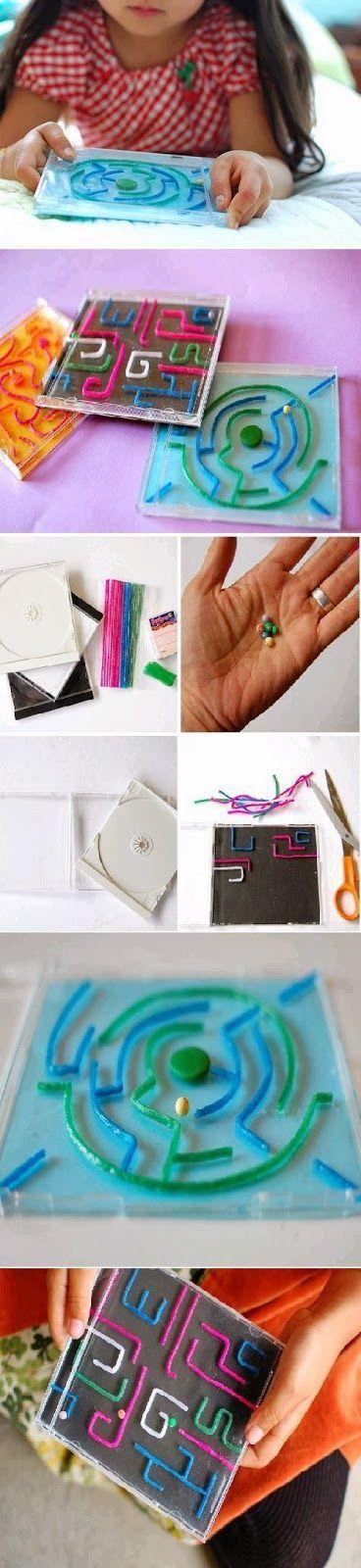 zelf maken een doolhof met CD-hoes en soort pijpenragers
