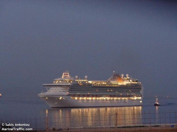 Το Azura καταπλέει σούρουπο στον Πειραιά. 22/08/2014.