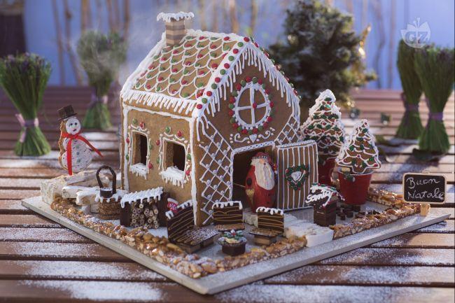 La casetta di pan di spezie è un dolce delle feste Natalizie, fatta con un impasto per biscotti speziato e decorata con glassa colorata e caramelle!