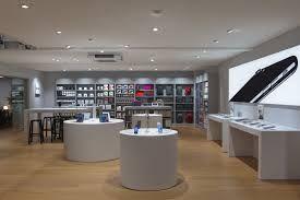 huisstijl. Dit is een foto van een Amac store. De huisstijl van Amac is strakke witte ronde tafels met voorbeelden van producten en witte strakke muren. Iedere Amac store ziet er hetzelfde uit. Hierdoor weten mensen gelijk dat je in een Amac bent.