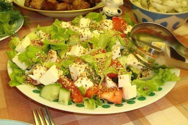 Овощной салат с моцареллой, кунжутом и пикатной заправкой  / Царский пир