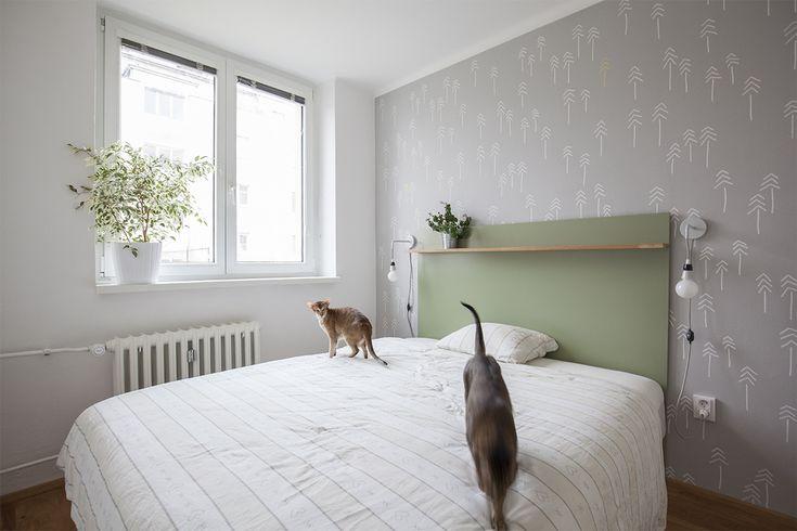 Do malé ložnice se jen tak tak vešla manželská postel a úložné prostory. Zdroj: Schwestern
