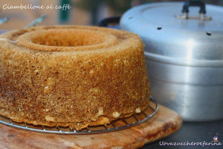Il ciambellone al caffè è un dolce da colazione leggero, adatto anche a chi è intollerante a latte e latticini.