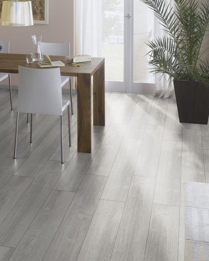 #tarima Cemento Wood Gris Blanco de City Line.  Está compuesto por diseños modernos y elegantes. Su acabado en tonos grises produce un estilo urbano y moderno.   #homedesigne #suelos #laminados #decoración #interiorismo #diseño
