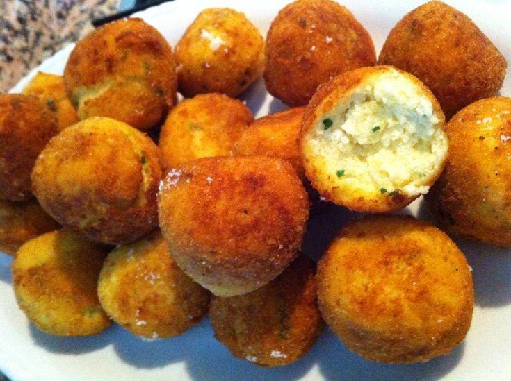 Ingredienti per 4 persone 200 gr Ricotta di pecora 200 gr di patate lesse Prezzemolo 2 Uova 2 Cucchiai Pangrattato Olio D'oliva Sale q.b Versare le uova in