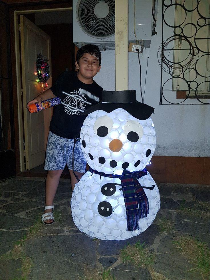 Hombre de nieve hecho con vasos descartables