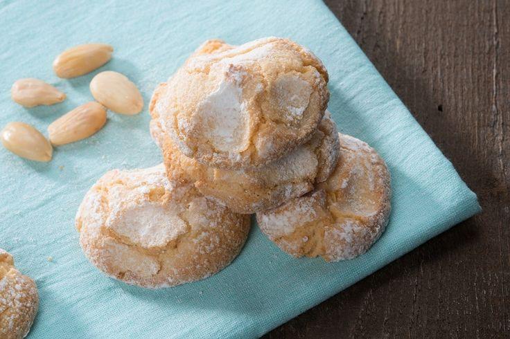 Gli amaretti morbidi sono dei dolcetti soffici e deliziosi, perfetti per accompagnare un tè o per essere serviti come veri e propri dessert