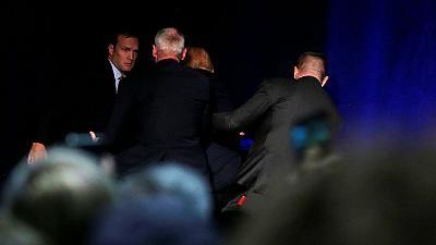 Agentes del Servicio Secreto sacan a Donald Trump del escenario durante un mitin