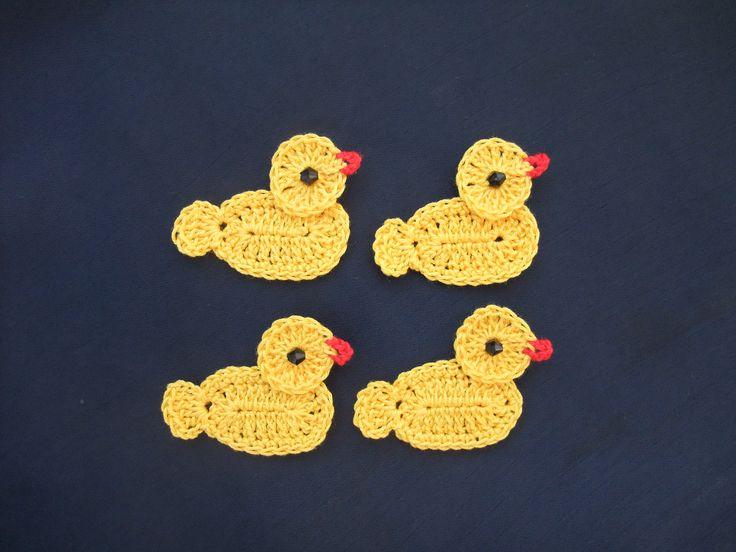 Patinhos feitos em croché, com linha fina, 100% algodão. Ficam lindos quando aplicados em toalhinhas de banho :)