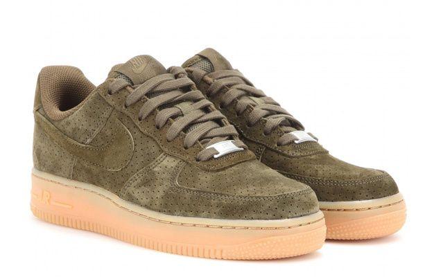 Les essentiels du chic special kaki Baskets en suede Air Force 1, Nike, 105 euros