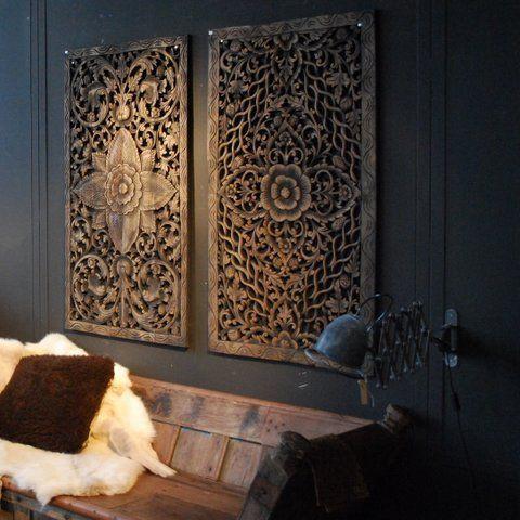 2 naast elkaar, in de kleur van de muur, naast de tv?
