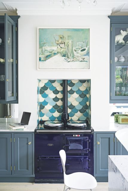 Be your best mermaid with a fabulous fish-scale splashback, adding just the right dose of whimsy to an otherwise elegant navy kitchen. Also, NAVY AGA <3