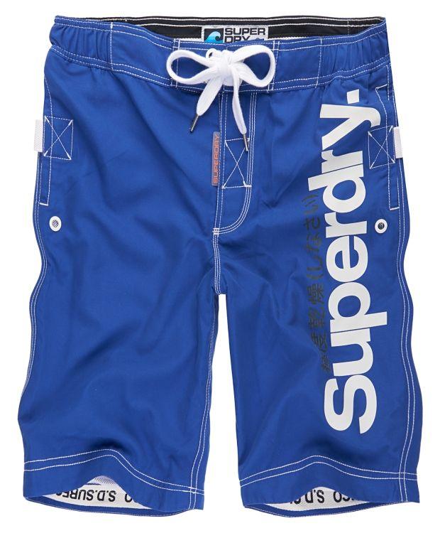 Superdry Boardshorts Superdry badeshorts for herre. Superdry herreshorts med trykt Superdry-logo på beinet. Klassiske surfeshorts, helfôret med nettingfôr, med hekte og snøring og tre lommer.