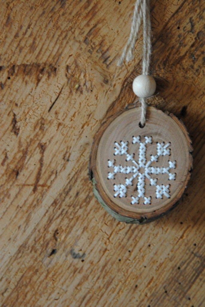 IJskristal - borduren op hout Snowflake - embroidery cross stitch on wood christmas decoration