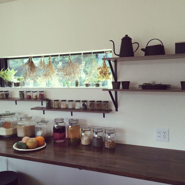 tongariさんの、棚,食器,多肉植物,セリア,100均,3Coins,salut!,無印良品,モノトーン,観葉植物,雑貨,のお部屋写真