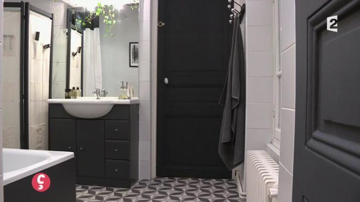 DÉCO] Une salle de bain en noir et blanc  Notre témoin vient d'emménager avec son conjoint et leurs 4 enfants dans un nouvel appartement vaste mais froid ! Tout particulièrement la salle de bains située entre les chambres des garçons qui est carrelée de blanc du sol au plafond un peu à la manière d'une salle d'autopsie ! Assez mal agencée, dotée d'un (...)