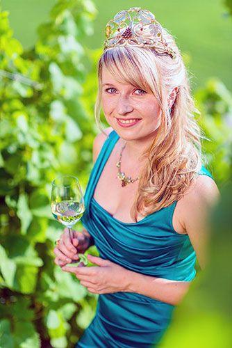 Weinkönigin Saale-Unstrut 2013-2014: Anne Meinhardt Ein Porträt über sie: http://weine.inbrd.de/content/weink%C3%B6nigin-saale-unstrut-2013-2014-anne-meinhardt