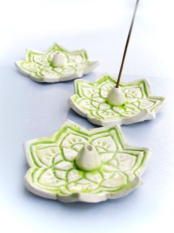 Artículos similares a Soporte de varillas de incienso de loto en tonos de blanco y verde en Etsy