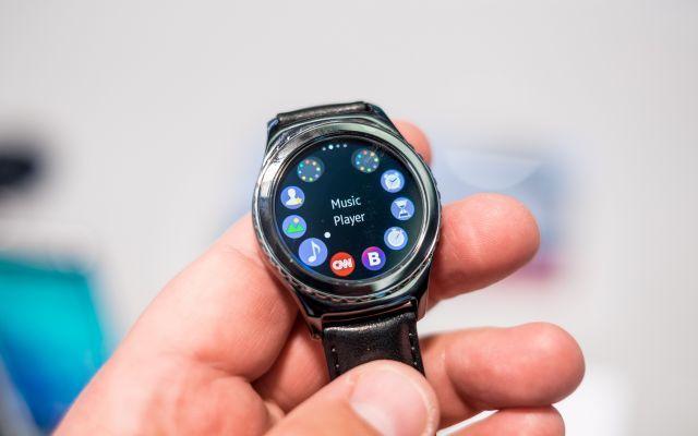 Samsung e la nuova tecnologia E-sim Ad oggi si parla del progetto E-Sim ovvero di una nuova tecnologia in grado di far cambiare gestore , senza modificare o inserire una sim alternativa, come già fece apple l'anno scorso con i suoi iPa #androidandroidwear