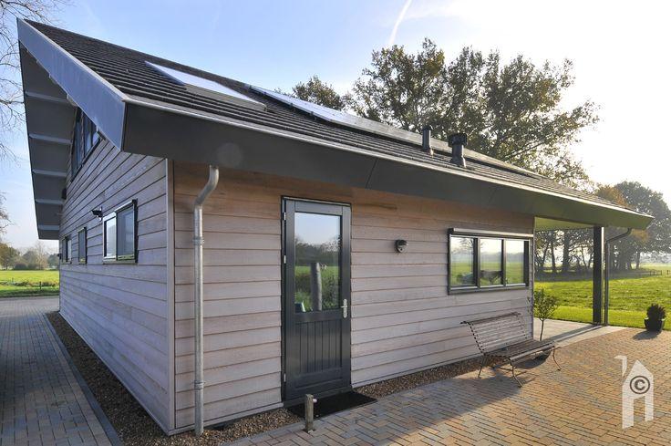 Het dak  met een strip met pv-cellen en een warmtecollector draagt.