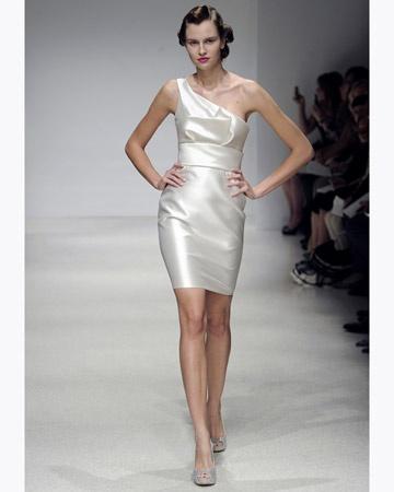 Short one-shoulder satin dress. Amsale.
