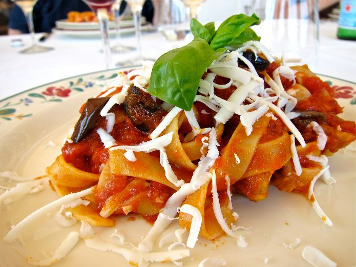 Les pâtes à la sicilienne, plus connues en Italie sous le nom de « pasta alla Norma », sont un plat traditionnel de Sicile? Découvrez la recette italienne.
