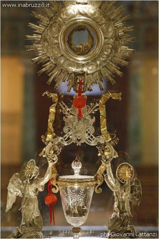 Чудесные Кровь и Плоть, материализовавшиеся во время Евхаристии в церкви Сан – Франческо